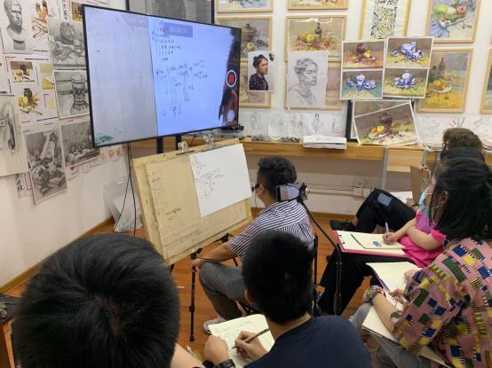 一群人在看电脑描述已自动生成